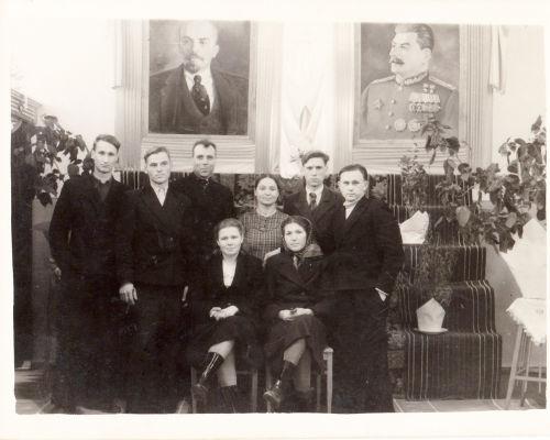 O culto ao líder era uma característica forte do stalinismo e todas as repartições públicas tinham uma imagem de Stalin.[1]