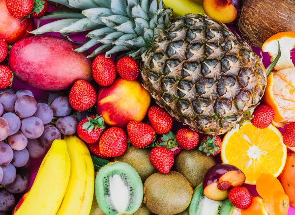 Boas opções para o lanche da tarde são frutas, principalmente aquelas que são comidas com casca, ou as que são facilmente descascadas.