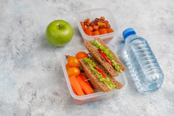A separação dos lanches da manhã e da tarde em diferentes potes é uma boa estratégia para garantir que a criança não coma tudo de uma só vez.