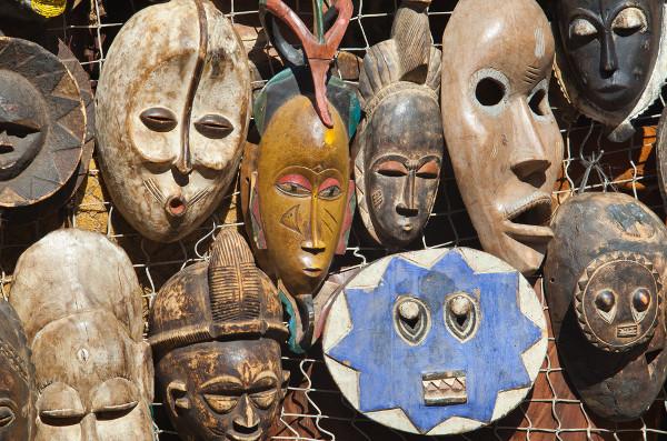 As máscaras são elementos da cultura africana que unem as artes plásticas e a religiosidade.