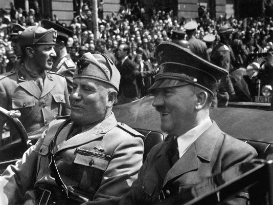 Benito Mussolini (à esquerda) e Adolf Hitler (à direita) foram líderes de regimes totalitários na Europa, a saber: o fascismo e o nazismo, respectivamente.