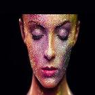 Mulher com maquiagem e glitter