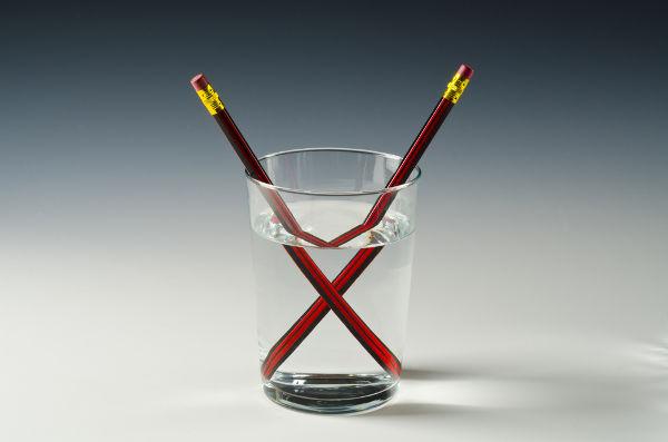 Os lápis da figura parecem quebrados em razão da refração da luz.