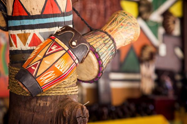 Música e artesanato compreendem a cultura imaterial e a cultura material. O instrumento musical artesanal consegue unir os dois elementos em um só.