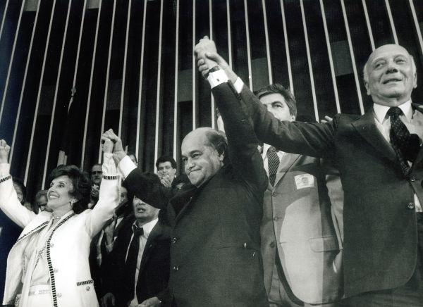 Durante a eleição de 1985, o político mineiro Tancredo Neves concorreu à presidência do Brasil.[1]