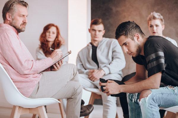Psicólogos podem atuar em atendimento individual ou em grupo.