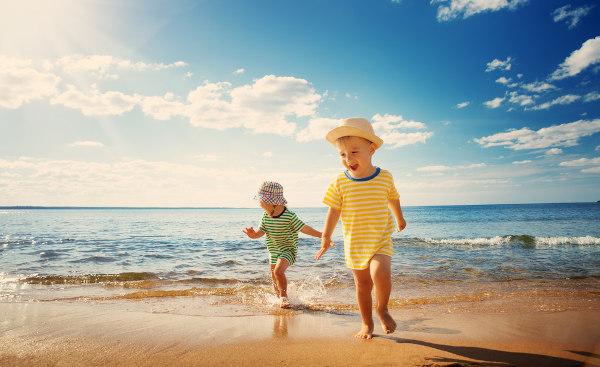 Os usos de chapéus e protetor solar são medidas que protegem as crianças do efeito nocivo do Sol.