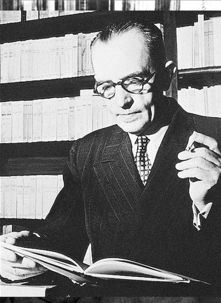 Retrato de Graciliano Ramos com livro aberto. [1]