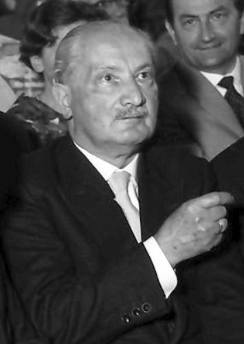 Martin Heidegger influenciou o existencialismo e a hermenêutica. [1]