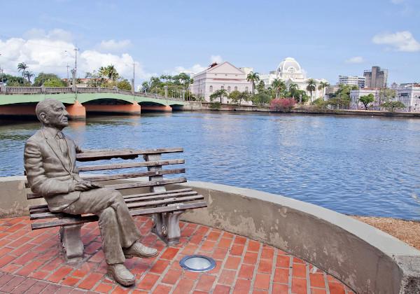 Estátua em homenagem a João Cabral de Melo Neto, localizada em Recife (PE), mira o rio Capibaribe, tantas vezes mencionado em sua obra. [1]