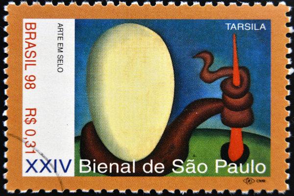 Selo comemorativo da XXIV Bienal de São Paulo, com reprodução do quadro O ovo (Urutu), de Tarsila do Amaral.