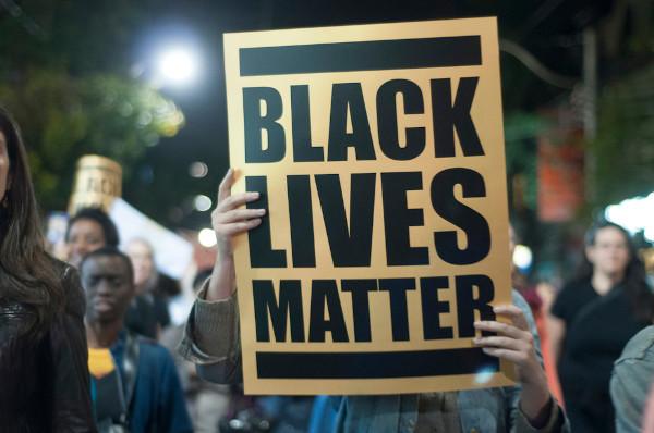 O movimento Black Lives Matter surgiu nos EUA após atos bárbaros cometidos por policiais brancos contra negros. (Tradução: Vidas negras importam) [1]
