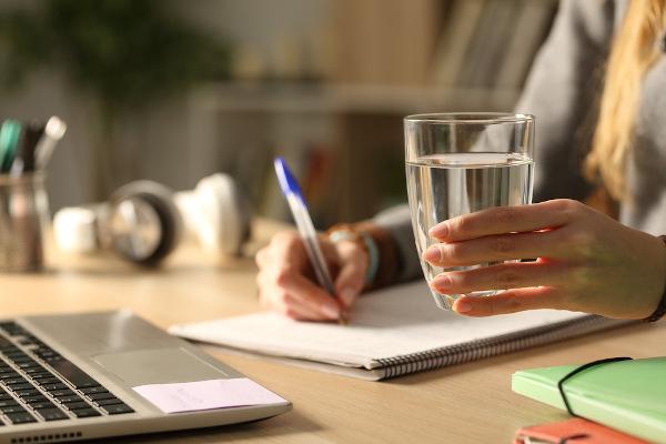 Beber água ajuda a melhorar o desempenho cognitivo.
