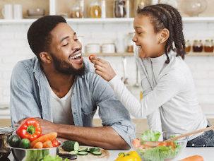 Pai e filha comendo salada