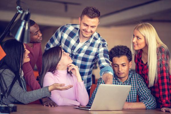 Os jovens são muito adeptos da modalidade de trabalho coworking.
