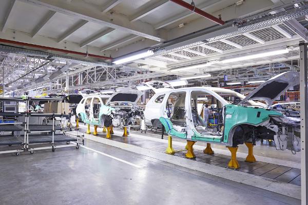 Linha de montagem em uma fábrica russa. Esse modelo de produção foi criado nas indústrias Ford.