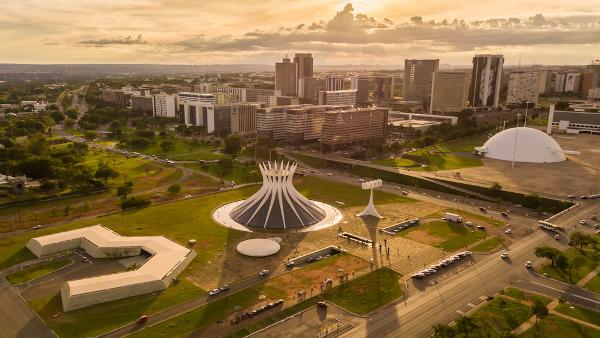 Vista aérea de Brasília, com a Catedral no Centro e a Esplanada ao fundo.