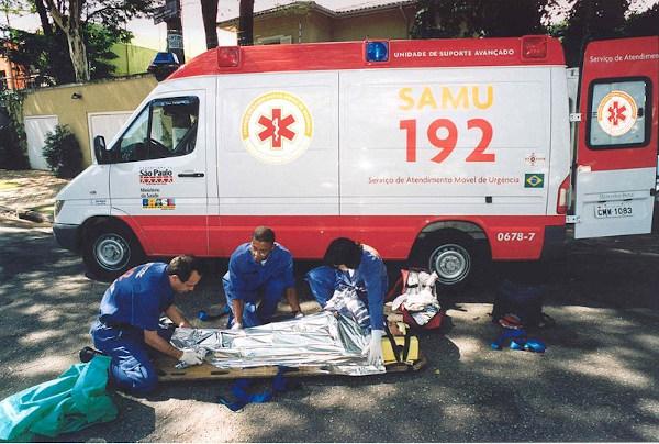 O SAMU faz procedimentos de primeiros socorros e atua na locomoção de pacientes a hospitais em casos emergenciais.