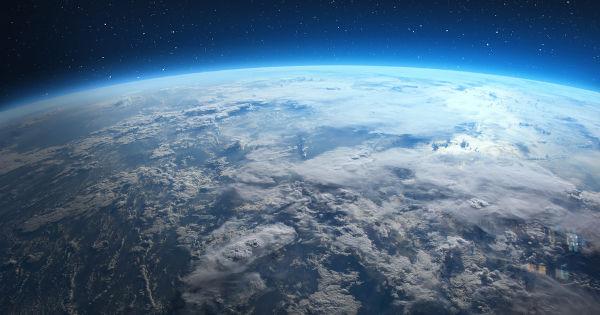 A curvatura da Terra só é visível a partir de uma grande altura em relação ao solo.