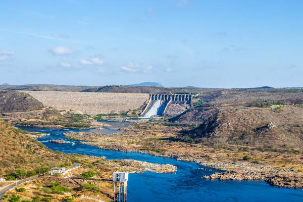 Usina de Xingó, entre Alagoas e Sergipe. Além do abastecimento humano, o Rio São Francisco gera energia para grande parte do Nordeste.