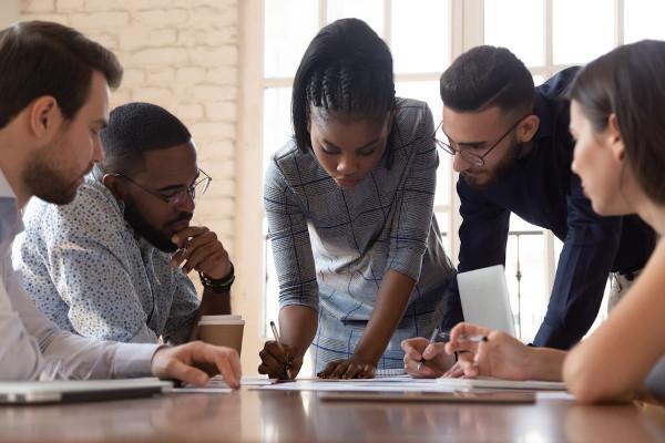 A mudança de comportamento dos consumidores é um critério essencial para definir-se adaptações em um negócio.