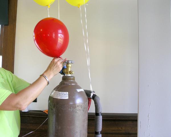 Gás hélio sendo colocado em balão de festa.