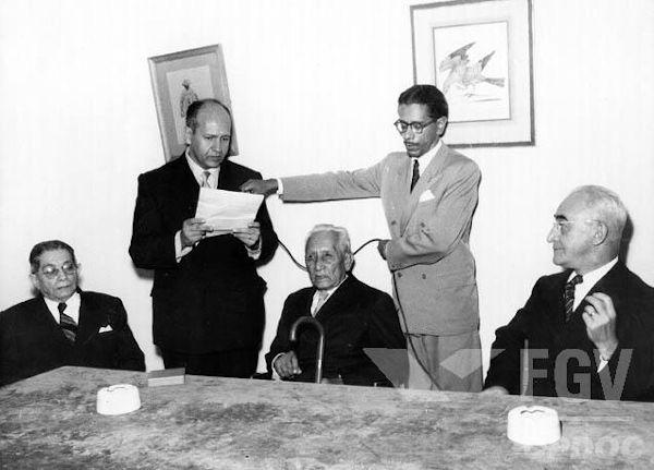 Marechal Rondon (sentando no meio dos dois homens em pé) durante sessão do Conselho Nacional de Proteção ao Índio.[1]