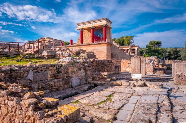 Os cretenses, habitantes de Creta, foram um dos povos que contribuíram na formação do povo grego.[1]