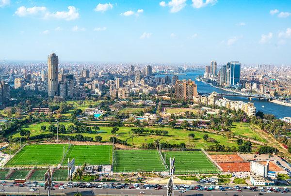 Cairo, capital do Egito, às margens do Nilo.
