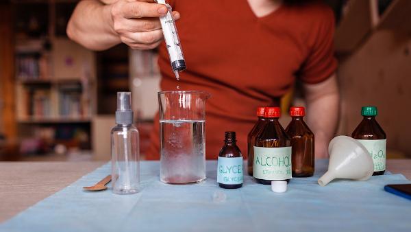 Formulação de álcool em gel utilizando glicerina, peróxido de hidrogênio, álcool concentrado e água purificada.