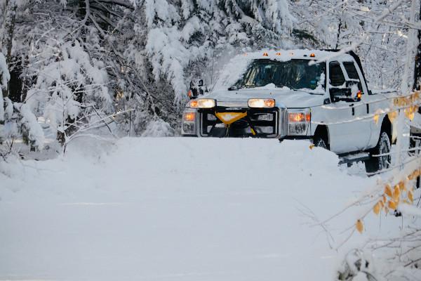 Neve impedindo a passagem de carro (EUA).