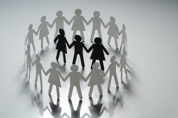 A segregação racial exclui grupos de pessoas por conta de suas características físicas ligadas à etnia.