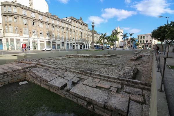 Ruínas do Valongo, cais no Rio de Janeiro que recebia africanos escravizados. Esse cais foi desativado em 1831 após a Lei Feijó.[2]