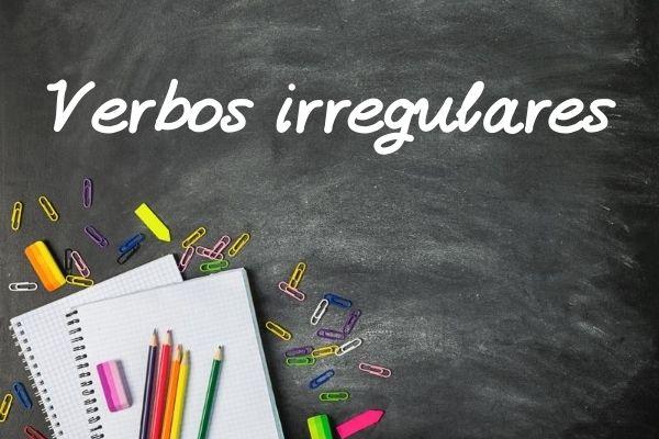 Os verbos irregulares sofrem alterações no radical e/ou desinências.