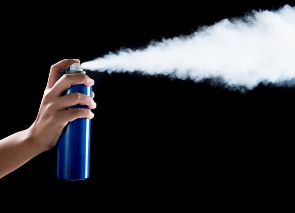 Quando o gás sai de uma lata de spray, ele sofre uma transformação adiabática.