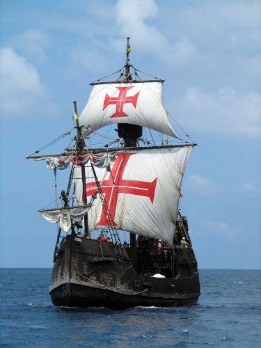 Em 1441, os portugueses inventaram a caravela, embarcação que facilitou a exploração do oceano.