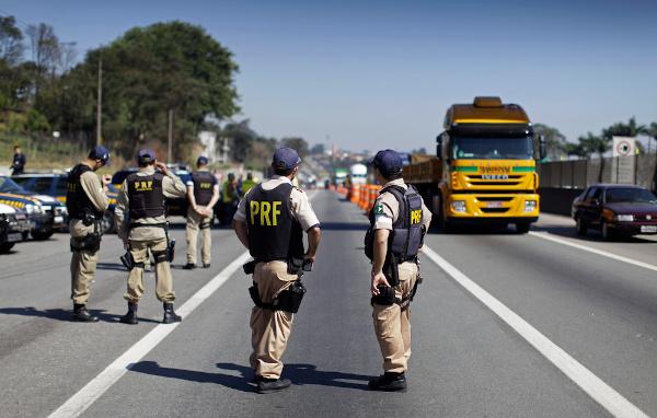 Fiscalização da Polícia Rodoviária Federal (PRF) para o combate à imprudência. [3]