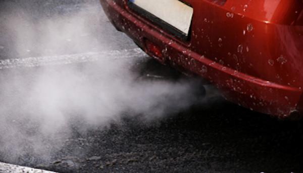 O excesso de veículos gera poluição e prejudica a mobilidade urbana.