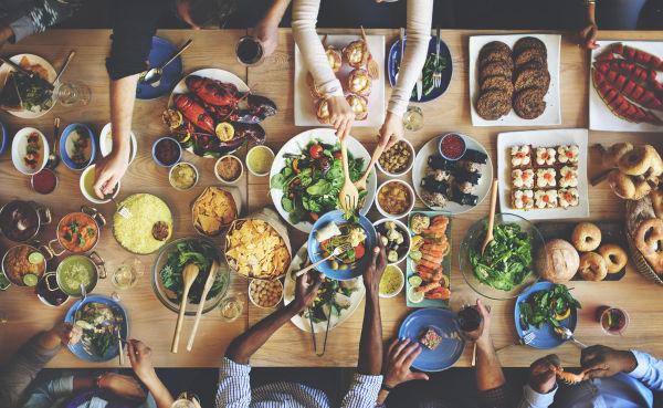 Quando nos alimentamos de vegetais, nos comportamos como consumidores primários. Quando nos alimentamos de consumidores primários (herbívoros), agimos como consumidores secundários.