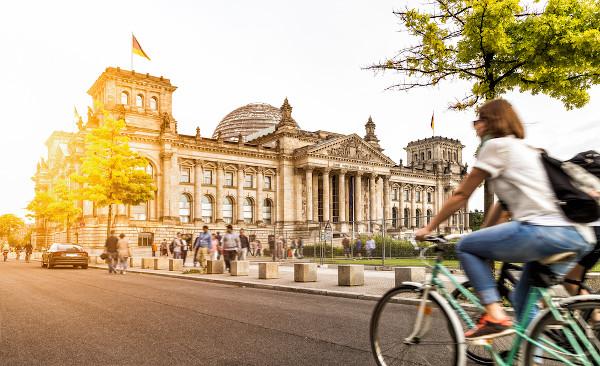 As ciclovias são comuns no país. Na foto, ciclovia em Berlim.