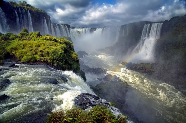 A bacia Platina passa pela Foz do Iguaçu, Paraná, Brasil.