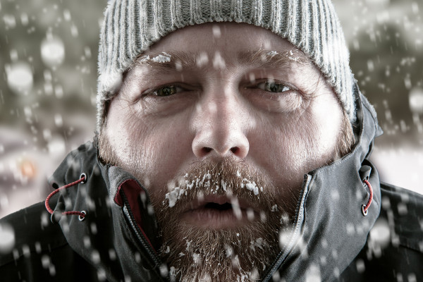 A exposição ao frio é uma das causas de hipotermia.
