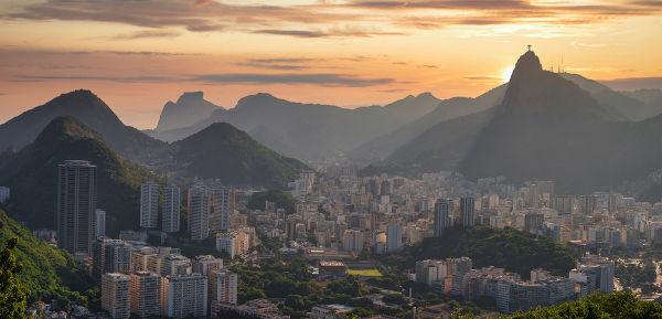 O samba surgiu no Rio de Janeiro, no começo do século XX, nos redutos em que residiam as populações afro-brasileiras.