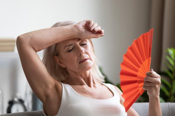 Os fogachos ou ondas de calor são um dos principais sintomas do climatério.