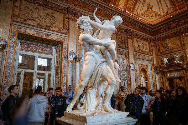 Escultura que retrata Hades sequestrando Perséfone.[1]
