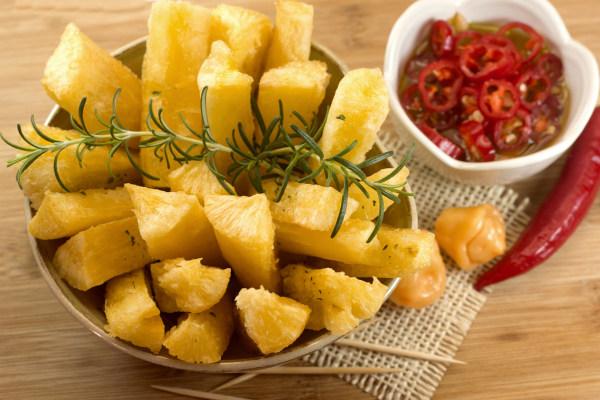A mandioca pode ser consumida de diferentes formas.