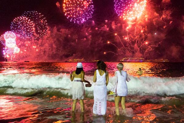 Pular sete ondas durante o Ano-Novo é uma das muitas tradições dessa festa.