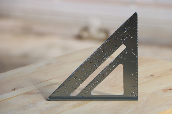 Objeto com formato de um triângulo retângulo