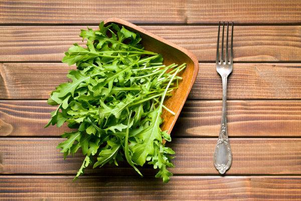 A rúcula pode ser consumida crua em saladas.