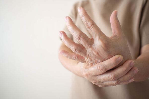 Os pacientes com lúpus podem apresentar dores nas articulações.